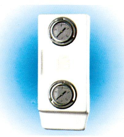 Dvojitý vertikální panel s dvěma glycerinovými manometry